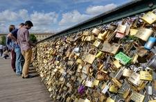 Cây cầu Pont des Arts chứng nhân tình yêu cho các cặp đôi nước Pháp